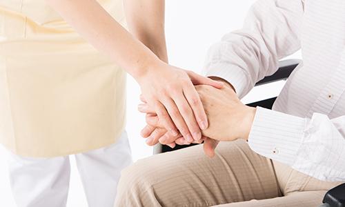利用者の手を取る介護士